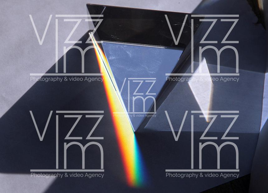 BOGOTA-COLOMBIA-3-02-2013 . Descomposición de la luz blanca por un prisma . Decomposition of white light through a prism.., (Photo / VizzorImage / Felipe Caicedo / Staff).