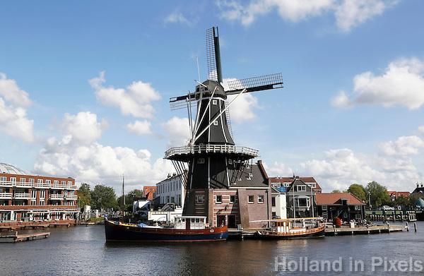 Nederland Haarlem 2015 . De Adriaan is een achtkantige stellingmolen aan het Spaarne. De molen is tegenwoordig een museum