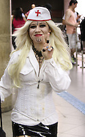 SÃO PAULO, SP, 02.11.2016 - ZOMBIE-WALK - Movimentação de pessoas fantasiadas durante o Zombie Walk, na região central de São Paulo, nesta quarta-feira (02). O evento surgiu na Califórnia em 2001 e, desde 2006, e realizado anualmente em São Paulo, sempre no Dia de Finados. (Foto: Paulo Guereta/Brazil Photo Press)
