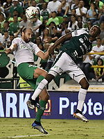 PALMIRA - COLOMBIA, 26-05-2019: Didier Delgado del Cali disputa el balón con Hernan Barcos de Nacional durante partido entre Deportivo Cali y Atlético Nacional por la fecha 4, cuadrangulares semifinales, de la Liga Águila I 2019 jugado en el estadio Deportivo Cali de la ciudad de Palmira. / Didier Delgado of Cali vies for the ball with Hernan Barcos of Nacional during match between Deportivo Cali and Atletico Nacional for the date 4, semifinal quadrangulars, as part Aguila League I 2019 played at Deportivo Cali stadium in Palmira city.  Photo: VizzorImage / Gabriel Aponte / Staff
