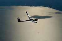 Meeresflug:EUROPA, DEUTSCHLAND, SCHLESWIG- HOLSTEIN  24.08.2005:Mit dem Segelflugzeug über die Luebecker Bucht. Heutige Kunststoff Segelflugzeuge wie dieser Ventus 2 koennen  auch groessere Strecken wie das Ueberfliegen der Luebeker Bucht leicht schaffen. Die Gleiteigenschaften liegen bei ca. 1: 50. Das heisst aus einem Kilometer Hoehe koennen 50 Kilometer geglitten werden. Ein besonders vergnuegen ist natuerlich das Ueberbruecken von Thermiklosen gebieten wie diese grosse Wasserflaeche. .Luftaufnahme, Luftbild,  Luftansicht.
