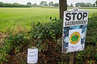 Nederland, Boxtel, 14 sept  2013<br /> Manifesatie tegen schaliegas proefboringen in  Boxtel. PvdA kamerlid Jan Vos kwam naar Boxtel en bekeek na de manifestatie ook de voorgenomen lokatie voor proefboringen in Boxtel en Haaren.  Ook daar werd natuurlijk geprotesteerd.<br /> Foto(c): Michiel Wijnbergh