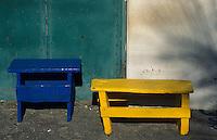 Europe/Espagne/Canaries/Lanzarote/Casas de El Golfo : Petits bancs devant une maison