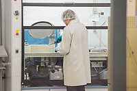 Das Brandenburger Solartechnologie-Unternehmen Oxford Photovoltaics Germany GmbH in Brandenburg an der Havel. Das Unternehmen ist eine Tochtergeseellschaft des britischen Unternehmens Oxford PV, das als Spin-Off der Universitaet Oxford gegruendet wurde.<br /> In dem Werk in Brandenburg soll eine Pilotlinie fuer die von Oxford PV entwickelte Perowskit-Solartechnologie aufgebaut und zur Marktreife gebracht werden. Mit dieser Technologie ist eine wesentlich hoehere Erzeugung von Solarstrom moeglich. Dazu investiert die Firma knapp 15 Millionen Euro in den Brandenburger Standort.<br /> Im Bild: Mitarbeiter arbeiten in einem sog. Rein-Raum.<br /> 8.2.2018, Brandenburg an der Havel<br /> Copyright: Christian-Ditsch.de<br /> [Inhaltsveraendernde Manipulation des Fotos nur nach ausdruecklicher Genehmigung des Fotografen. Vereinbarungen ueber Abtretung von Persoenlichkeitsrechten/Model Release der abgebildeten Person/Personen liegen nicht vor. NO MODEL RELEASE! Nur fuer Redaktionelle Zwecke. Don't publish without copyright Christian-Ditsch.de, Veroeffentlichung nur mit Fotografennennung, sowie gegen Honorar, MwSt. und Beleg. Konto: I N G - D i B a, IBAN DE58500105175400192269, BIC INGDDEFFXXX, Kontakt: post@christian-ditsch.de<br /> Bei der Bearbeitung der Dateiinformationen darf die Urheberkennzeichnung in den EXIF- und  IPTC-Daten nicht entfernt werden, diese sind in digitalen Medien nach §95c UrhG rechtlich geschuetzt. Der Urhebervermerk wird gemaess §13 UrhG verlangt.]
