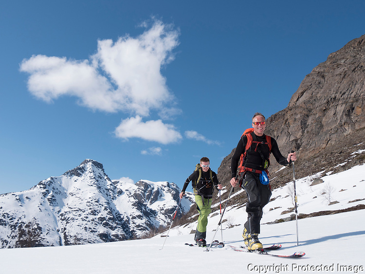 Menn på vei mot Fjelltindnasen på grensen mellom Troms og Finnmark. ----- Men on late spring skiing trip.