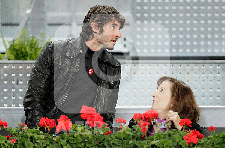 Esteban Granero with his mother during Tennis Madrid Open match, May 13,2010..(ALFAQUI/Cesar Cebolla)