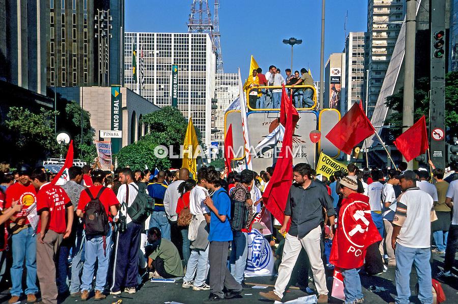 Passeata de professores em greve. Avenida Paulista. São Paulo. 2000. Foto de Juca Martins.