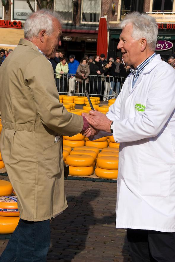 Alkmaar, 2 april, 2010.Binnenstad van Alkmaar. Weeklijkse kaasmarkt voor keuren en verkoop van kaas.. (c)Renee Teunis.