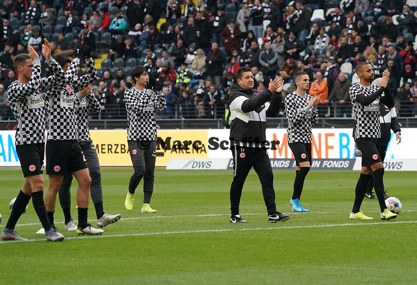 Spieler bedanken sich bei den Fans für die Unterstützung beim Warmmachen - 23.11.2019: Eintracht Frankfurt vs. VfL Wolfsburg, Commerzbank Arena, 12. Spieltag<br /> DISCLAIMER: DFL regulations prohibit any use of photographs as image sequences and/or quasi-video.