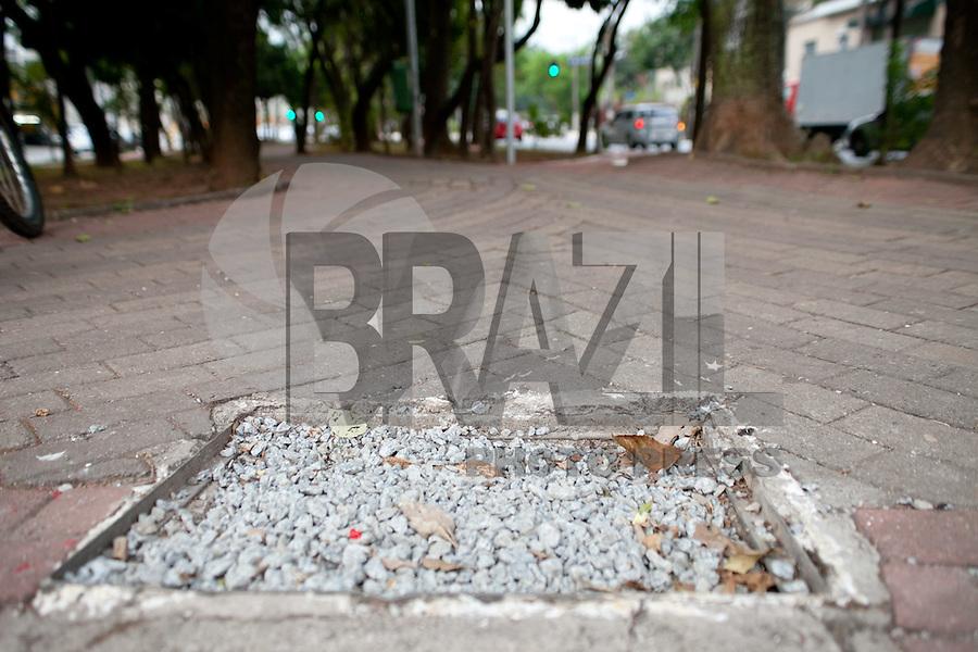 ATENCAO EDITOR IMAGEM EMBARGADA PARA VEICULO INTERNACIONAL - SAO PAULO, SP, 16 OUTUBRO DE 2012 -  Ciclovia da Braz Leme que foi inaugurada no dia no dia 04 de outubro apresenta buracos e defeitos em varios pontos. Regiao norte da capital paulista.<br /> (FOTO: POLINE LYS / BRAZIL PHOTO PRESS).
