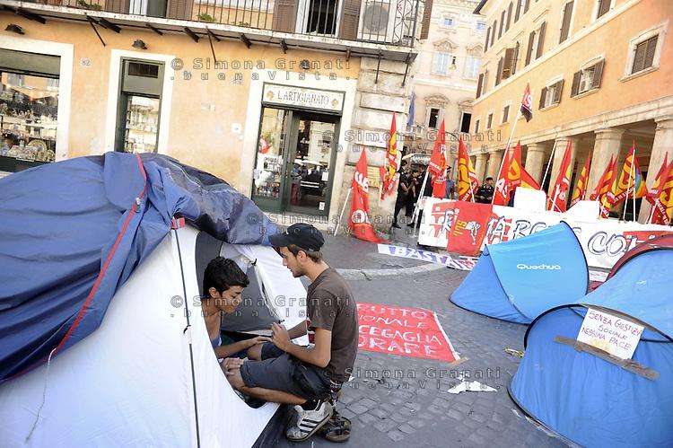 Roma, 7 Settembre 2011.Piazza Navona.Tendopoli contro la manovra finanziaria.Decine di persone hanno passato la notte in tenda davanti il Senato..Il risveglio