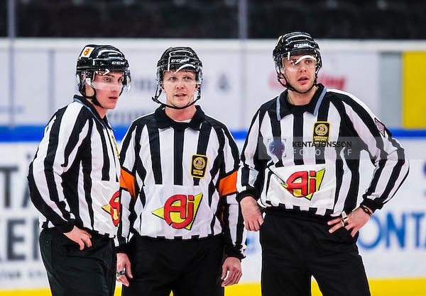 S&ouml;dert&auml;lje 2014-01-06 Ishockey Hockeyallsvenskan S&ouml;dert&auml;lje SK - Malm&ouml; Redhawks :  <br />  domare Daniel Winge (mitten) med kollegor domare Gustav Jonsson och domare Johan L&ouml;fgren <br /> (Foto: Kenta J&ouml;nsson) Nyckelord:  portr&auml;tt portrait