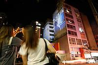 ATENCAO EDITOR IMAGEM EMBARGADA PARA VEICULOS INTERNACIONAIS - SAO PAULO, 22 NOVEMBRO 2012 - Megaprojeções de imagens, denominada Vídeo Guerrilha, transforma 14 fachadas de prédios em uma galeria de arte ao ar livre e aberta ao público, na Rua Augusta em São Paulo (SP), nesta quinta-feira (22). A edição 2012 do evento contará com trabalhos de vídeo mapping, vídeo-arte, animação e fotografia. (FOTO: VAGNER CAMPOS / BRAZIL PHOTO PRESS).
