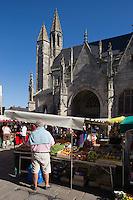 Europe/France/Pays de la Loire/44/Loire-Atlantique/Parc Naturel Régional de Brière/Guérande: Marché, place Saint-Aubin devant la Collégiale Saint-Aubin//  France, Loire Atlantique, Parc Naturel Regional de Briere (Regional Natural Park of Briere), Guerande, Market Place Saint Aubin to the church of Saint Aubin
