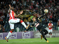 BOGOTA - COLOMBIA - 11-03-2015: Yair Arrechea (Izq.) jugador de Independiente Santa Fe disputa el balón con Cesar Arias (Der.) jugador de Once Caldas, durante partido por la fecha  9 entre Independiente Santa Fe y Cortulua de la Liga Aguila I-2015, en el estadio Nemesio Camacho El Campin de la ciudad de Bogota. / Yair Arrechea (L) player of Independiente Santa Fe struggles for the ball with Cesar Arias (R) player of Once Caldas,  during a match of the 9 date between Independiente Santa Fe and Cortulua for the Liga Aguila I -2015 at the Nemesio Camacho El Campin Stadium in Bogota city, Photo: VizzorImage / Luis Ramirez / Staff.