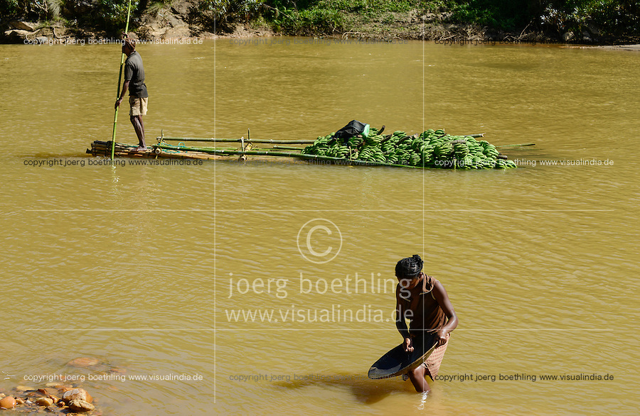 MADAGASCAR, region Manajary, town Vohilava, small scale gold mining, women panning for gold at river ANDRANGARANGA, background transport of banana on bamboo float / MADAGASKAR Mananjary, Vohilava, kleingewerblicher Goldabbau, Frauen waschen Gold am Fluss ANDRANGARANGA, Hintergrund Transport von Bananen auf einem Bambus Floss