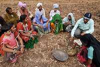 INDIA Madhya Pradesh , biodynamic organic cotton project bioRe in Kasrawad , farmers school and training on biodynamic farm preparations / INDIEN Madhya Pradesh , bioRe Projekt fuer biodynamischen Anbau in Kasrawad , Farmer Schulung zum Thema biodynamische Praeparate