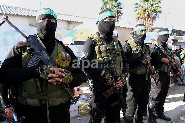 Members of the Ezzedine al-Qassam Brigades, the military wing of the Palestinian Islamist movement Hamas, take part in a rally marking the 29th anniversary of the founding of the Hamas movement, in Khan Younis in the southern Gaza Strip December 11, 2016. Photo by Abed Rahim Khatib