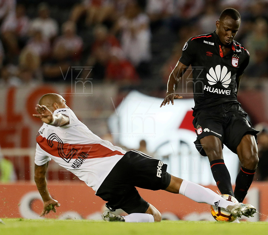 "BUENOS AIRES - ARGENTINA - 05 - 04 - 2018: Jonathan Mandana (Izq.) jugador de River Plate disputa el balón con Baldomero Perlaza (Der.) jugador de Independiente Santa Fe, durante partido de la fase de grupos, grupo D, fecha 2, entre River Plate (ARG) y el Independiente Santa Fe, por la Copa Conmebol Libertadores 2018, en el estadio Antonio Vespucio Liberti ""Monumental de River"", de la ciudad Ciudad Autónoma de Buenos Aires. / Jonathan Mandana (L) player of River Plate vies for the ball with Baldomero Perlaza (R) player of Independiente Santa Fe, during a match of the groups phase, group D, 2nd date, beween River Plate (ARG) and Independiente Santa Fe, for the Conmebol Libertadores Cup 2018, at the Antonio Vespucio Liberti ""Monumental de River"", in Ciudad Autónoma de Buenos Aires.  Photo: VizzorImage / Javier Garcia Martino / Photogamma / Cont."