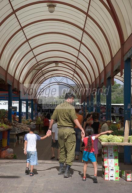 Asie/Israël/Galilée/Golan/Kyriat Shemona: soldat israélien et ses enfants sur le marché