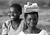 Mozambico,distretto di Chure, bambine si incamminano verso  scuola