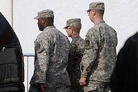 MHR03.FORT MEADE (ESTADOS UNIDOS).22/12/2011.-El soldado Bradley Manning (c) sale escoltado de la sala del tribunal en la base militar de Fort Meade, Estados Unidos hoy jueves 22 de diciembre de 2011.La vista preliminar contra el soldado Bradley Manning, sospechoso de haber filtrado documentos clasificados a la red Wikileaks, concluyó hoy con la presentación de los alegatos finales de la defensa y la fiscalía, que incluyeron en este último caso un torrente de pruebas en su contra.EFE/MICHAEL REYNOLDS