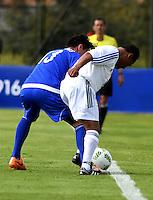 BOGOTA - COLOMBIA - 03-10-2016: Willington Ortiz (Der.), jugador del equipo de las leyendas de la Federacion Colombiana de Futbol (FCF), disputa el balón con Contreras (Izq.) jugador del equipo de las leyendas de la Federacion Intarnacional de Futbol Asociado (FIFA), durante partido jugado en las canchas de Sede Deportiva de las Selecciones Colombia, Colfútbol,  entre las leyendas de la Federacion Intarnacional de Futbol Asociado (FIFA) y la Federacion Colombiana de Futbol (FCF), en la nueva sede de la FCF, en Bogota. / Willington Ortiz (R) player of the team of the legends of the Colombian Football Federation (FCF), vies for the ball with con Contreras (L) player of the team of the legends of the Intarnacional Federation of Football Association (FIFA), during the match playing in the fields of Headquarters of the Teams Colombia, Colfutbol, between the legends of the Federation Intarnacional de Football Association (FIFA) and the Colombian Football Federation (FCF) in the new headquarters of the FCF, in Bogota. / Photo: VizzorImage / Luis Ramirez / Staff.