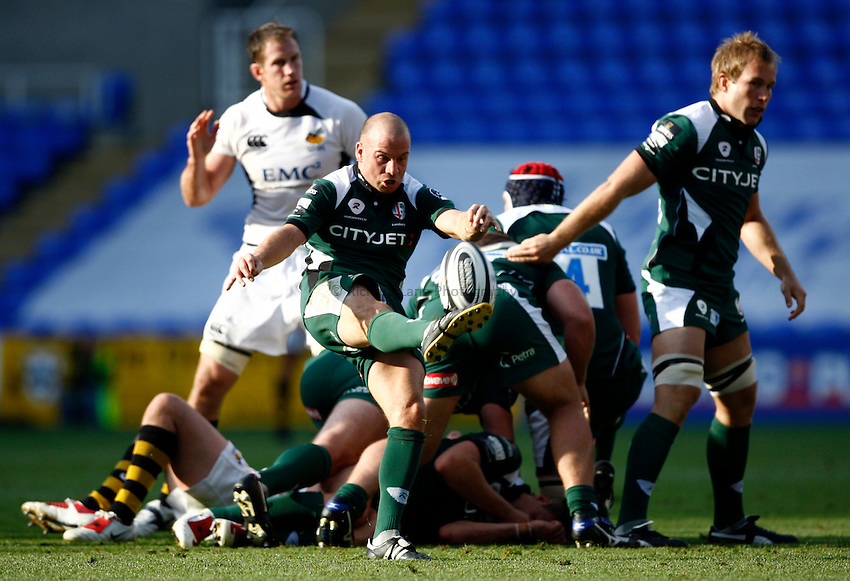 Photo: Richard Lane/Richard Lane Photography. London Irish v London Wasps. Guinness Premiership. 27/09/2009. Irish's Paul Hodgson kicks.