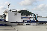 Tabarka, Tunisia, 18 Settembre 2018<br /> Uomini in una barca al porto di Tabarka