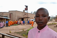RWANDA, Gitarama , jail with 7500 prisoner , mostly for Hutu for genocide crimes , prisoner in orange clothes: already sentenced, pink clothes: waiting for accusation, young people / RUANDA, Gitarama , Gefaengnis mit 7500 Haeftlingen , viele sind Hutu und wegen Genozid Verbrechen inhaftiert , Haeftlingskleidung orange: bereits verurteilt , rosa: warten auf Anklage, junge Menschen
