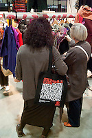 "Milano, ""Fa la cosa giusta"", fiera nazionale del consumo critico e degli stili di vita sostenibili. Una borsa di Emergency contro la guerra --- Milan, ""Do the right thing"", national fair of critical consumption and sustainable styles of life. A bag of Emergency against war"