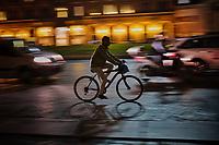 Roma, Settembre 2017. Un ciclista in Piazza Venezia.