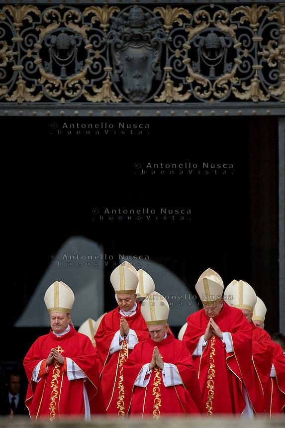 Vaticano, Maggio 2013. Un gruppo di cardinali escono dalla Basilica di San Pietro durante una funzione religiosa