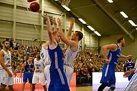 LEEK - Basketbal, Donar - Istanbul BBSK, Europe Cup, seizoen 2018-2019, 17-10-2018,  Donar speler Rienk Mast en Donar speler Thomas Koenes met Istanbul BBSK speler Damian Kulig