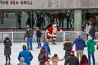 NOVA YORK, EUA, 14.12.2018 - NATAL-EUA - Papai Noel é visto na pista de patinação do Rockefeller Center em Manhattan na cidade de Nova York nos Estados Unidos nesta sexta-feira, 14. (Foto: Vanessa Carvalho/Brazil Photo Press)