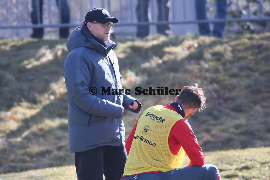 Trainer Thomas Schaaf redet mit Haris Seferovic - Eintracht Frankfurt Training, Commerzbank Arena