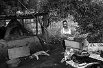 Popula&ccedil;&otilde;es Tradicionais de apanhadores de flores Sempre Vivas situadas na Serra do Espinha&ccedil;o em Diamantina, Minas Gerais.<br /> Popula&ccedil;&otilde;es atingidas pela implanta&ccedil;&atilde;o do Parque Nacional das Sempre Vivas, Parques Estaduais e Unidades de Conserva&ccedil;&atilde;o.<br /> Comunidade Galheiros, composta por apanhadores de flores sempre vivas que realizam a comercializa&ccedil;&atilde;o de produtos artesanais feitos com flores nativas. A atividade &eacute; a principal fonte de renda da comunidade. Ivonete, artes&atilde; e moradora de galheiros confeccionando produtos feitos com flores do campo  em sua casa.