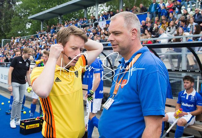UTRECHT -  Scheidstrechter Jonas van 't Hek met BG Rogier Warris, voor   de finale van de play-offs om de landtitel tussen de heren van Kampong en Amsterdam (3-1). COPYRIGHT  KOEN SUYK
