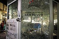 SÃO PAULO,SP,18 JUNHO 2013 - PROTESTO CONTRA AUMENTO TARIFA - Manifestantes depedram base da PM em frente da prefeitura durante protesto contra o aumento da tarifa de ônibus para $3,20em São Paulo na noite desta terça- feira (18).FOTO ALE VIANNA - BRAZIL PHOTO PRESS