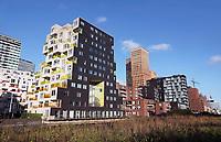 Nederland - Amsterdam -  November2019. Kantoren en appartementen aan de Zuidas. Links Summertime appartementencomplex.  Appartementen met gekleurde balkonhekken. Vrije sector huurwoningel in het middeldure segment. De toegepaste duurzaamheidsmaatregelen in Summertime zijn onder andere stadsverwarming, zonnepanelen voor opwekking van duurzame energie en HR++ beglazing. Daarnaast is er een groendak.  Foto Berlinda van Dam / Hollandse Hoogte