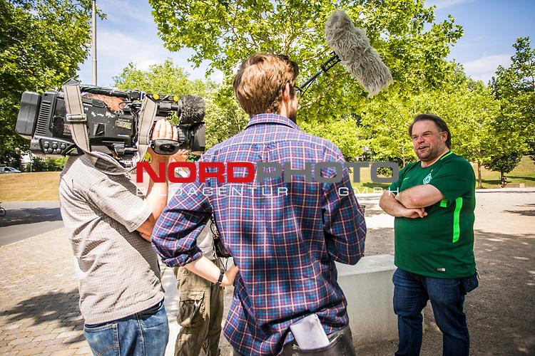 Medien / Fernsehen / Interview mit Werder Fan am Wohninvest Weserstadion, <br /> <br /> Sport: nphgm001: Fussball: 1. Bundesliga: Saison 19/20: 34. Spieltag: SV Werder Bremen vs 1.FC Koeln 27.06.2020 <br /> <br /> Foto: Rauch/gumzmedia/nordphoto<br /> <br /> EDITORIAL USE ONLY