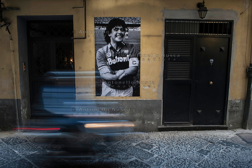 Naples, Italy, May 29, 2017. Naples, Italy, May 29, 2017.Diego Armando Maradona è stato uno dei calciatori più importanti che hanno giocato nel campionato Italiano ed il più importante per la città di Napoli. Dopo trenta anni dal loro primo scudetto il ricordo del campione è rimasto intatto. Decine di murales sono ancora visibili ed in innumerevoli altri modi i napoletani continuano a dimostrare il loro amore per Maradona. Diego Armando Maradona was one of the most influential football player during eighties in Italy and the most important for the city of Naples. Thirty years have passed since S.S.C. Napoli won its first national championship and still today it is possible to see how the passion for him remained intact. There are dozens of mural paintings and countless other ways with which all the Neapolitan continues to demonstrate their love for this great player.