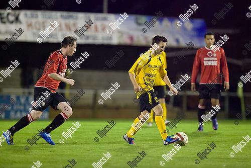 2012-09-29 / Voetbal / seizoen 2012-2013 / Vorselaar-Nieuwmoer / Willem Paulussen (m.) is Rick Dielemans (l.) te snel af.