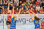 20.12.2017, Margon-Arena, Dresden, GER, DVV-Pokal Damen Halbfinale, Dresdner SC vs. SSC Palmberg Schwerin, im Bild<br /> <br /> <br /> Piia Korhonen (#12, Dresdner SC), Greta Szakmary (#1, SSC Palmberg Schwerin), Marie Schoelzel (#16, SSC Palmberg Schwerin), <br /> <br /> Foto &copy; nordphoto / Dostmann