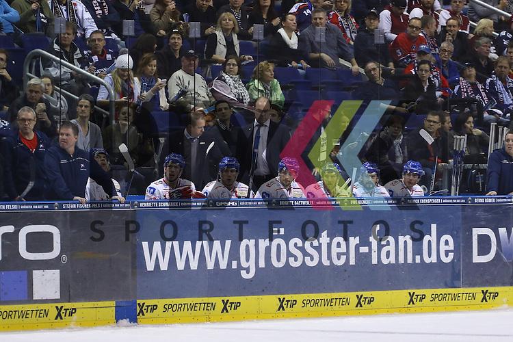 Mit langen Gesichtern verfolgen die Mannheimer die Partie, Eisbaeren Berlin vs. Adler Mannheim, Eishockey, DEL, 04.12.2015<br /> <br /> Foto &copy; PIX-Sportfotos *** Foto ist honorarpflichtig! *** Auf Anfrage in hoeherer Qualitaet/Aufloesung. Belegexemplar erbeten. Veroeffentlichung ausschliesslich fuer journalistisch-publizistische Zwecke. For editorial use only.