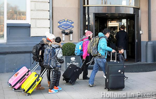 Nederland Amsterdam 2016 02 17. Toeristen lopen voor een hotel