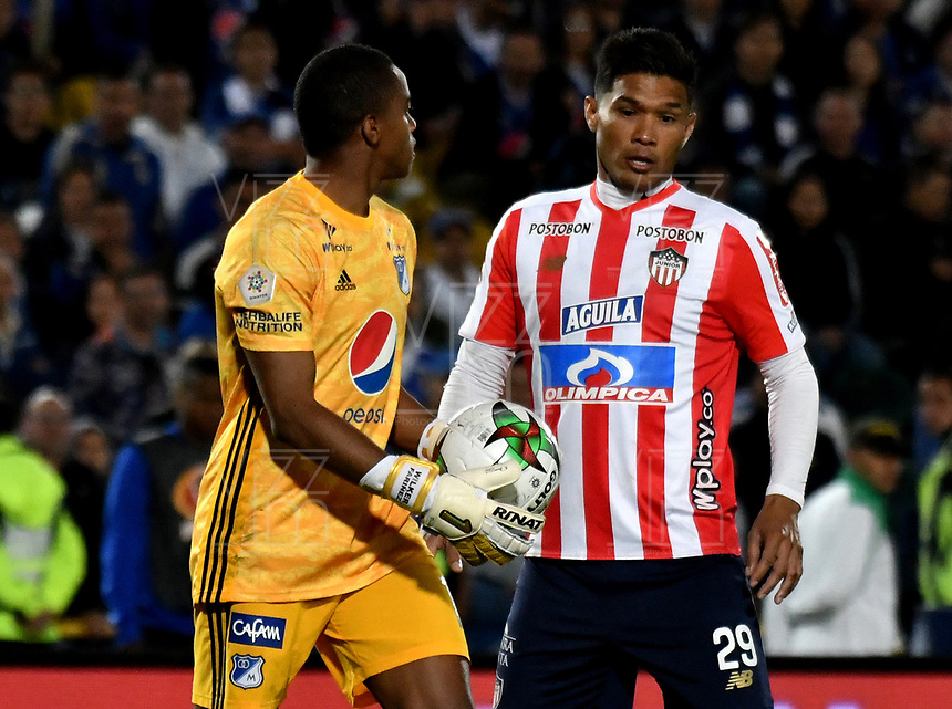 BOGOTÁ-COLOMBIA, 28–04-2019: Wuilker Fariñez de Millonarios y Teófilo Gutiérrez de Atlético Junior disputan el balón, durante partido de la fecha 18 entre Millonarios y Atlético Junior, por la Liga Águila I 2019, jugado en el estadio Nemesio Camacho El Campín de la ciudad de Bogotá. / Wuilker Fariñez of Millonarios and Teofilo Gutierrez of Atletico Junior figth for the ball, during a match of the 18th date between Millonarios and Atletico Junior, for the Aguila Leguaje I 2019 played at the Nemesio Camacho El Campin Stadium in Bogota city, Photo: VizzorImage / Luis Ramírez / Staff.