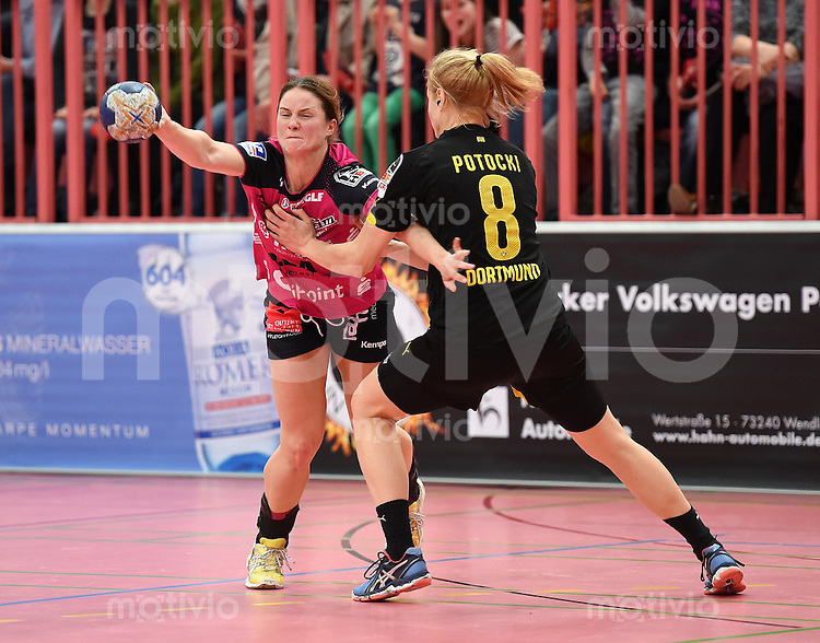 Handball 1. Bundesliga Frauen 2015/2016:   in der Paul Horn Arena Tuebingen TuS Metzingen - Borussia Dortmund     29.12.2015 Anna Loerper (li, TuS) gegen Sally Potocki (re, Borussia)