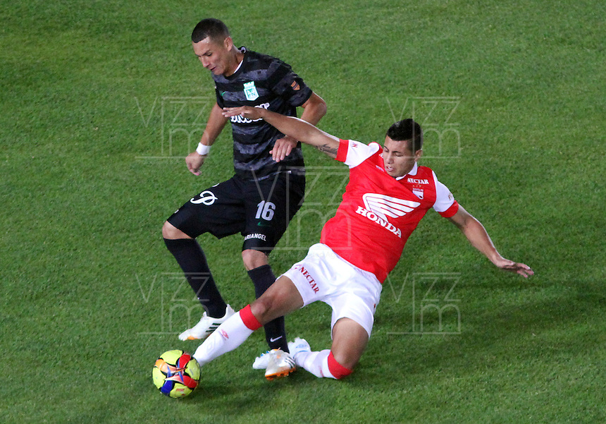 BOGOTA -COLOMBIA, 5- OCTUBRE-2014. Juan Daniel Roa ( Der) de Independiente  Santa Fe  disputa el balón con Luis Paez ( Izq) del Atletico Nacional durante partido   de La Liga Postobón treceava fecha 2014-2. Estadio  Nemesio Camacho El Campin   / Juan Daniel Roa  (R) of Independiente Santa Fe fights for the ball with Luis Paez  (L) of Atletico Nacional during La Liga match Postobón  13th 2014-2.  Nemesio Camacho El Campin stadium . Photo: VizzorImage / Felipe Caicedo / Staff