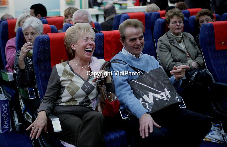 Foto: VidiPhoto..UTRECHT - In de Jaarbeurs in Utrecht is dinsdag de jaarlijkse Vakantiebeurs van start gegaan. Zo'n 1600 exposanten, verdeeld over 160 landen, zijn tot en met 18 januari op de beurs aanwezig. Cruises zijn in, Israël is uit. Volgens het Israëlisch Verkeersbureau is van nieuwe boekingen nauwelijks sprake. Tegelijk worden er echter ook nauwelijks reizen naar Israël geannuleerd. Foto: Luisteren naar Caribische muziek in vliegtuigstoelen.